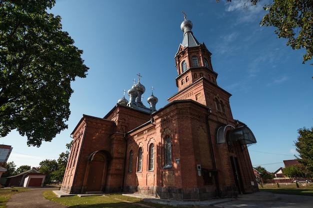L'église du village. le concept de mariage, les relations familiales, l'attirail de mariage.