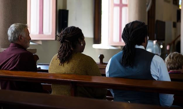 Eglise les gens croient en la foi religieux prier