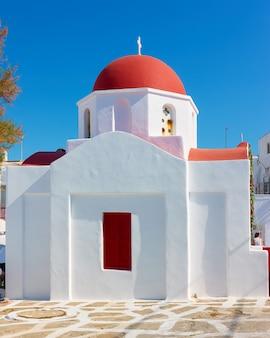 Église grecque avec dôme rouge à mykonos, grèce
