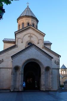 L'église kashveti de saint-georges dans le centre de tbilissi, géorgie