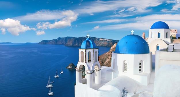 Église locale avec coupole bleue à oia, santorin, panorama