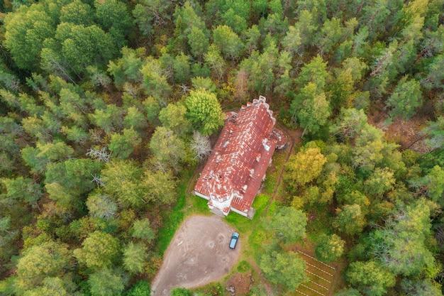 Église luthérienne finlandaise dans le village de lumivaara en carélie, vue du haut