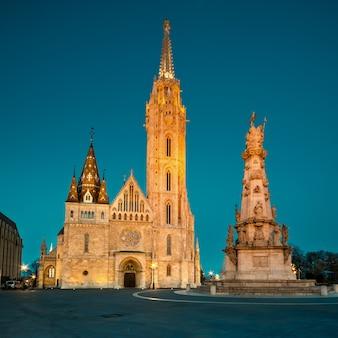 L'église matthias et la statue de la sainte trinité à budapest, en hongrie