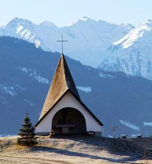 Eglise avec des montagnes de fond