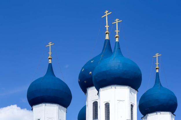Église orthodoxe chrétienne russe avec des dômes et une croix contre le ciel orthodoxie russe et concept de foi chrétienne photo de haute qualité