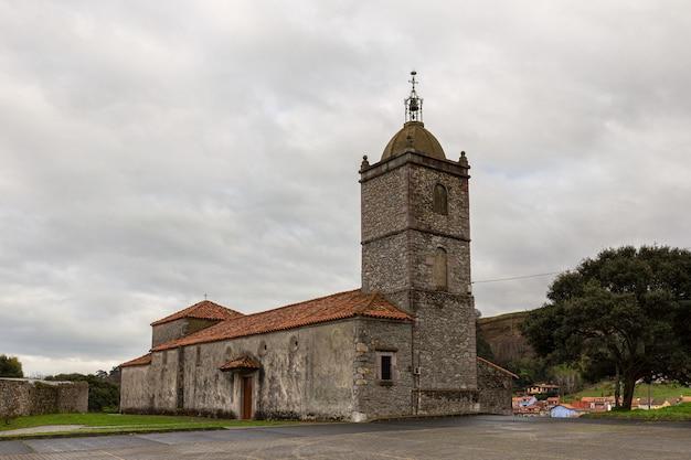 Église paroissiale de san roman, xviiie siècle. queue. asturies. espagne