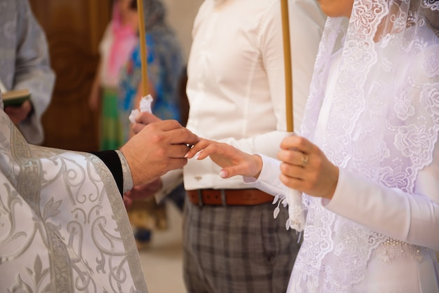 Église russe. mariée et le marié dans l'église pendant la cérémonie de mariage chrétien.