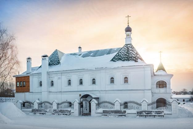 Église de saint-basile de riazansky dans le monastère de la transfiguration à mourom