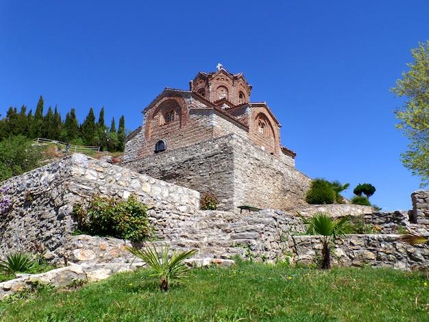 Eglise saint jean de kaneo sur ciel bleu