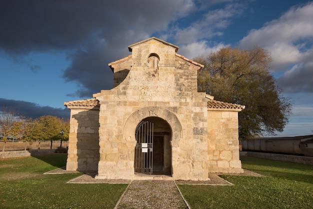 Église saint juan à palencia, en espagne. est la plus ancienne église espagnole datée du septième siècle