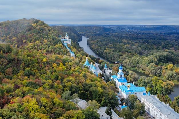 Eglise saint-nicolas sur la colline de craie svjatogorsk, ukraine