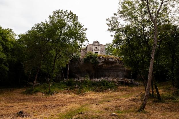 Église saint-pierre sur le pic de bale, valle istria, croatie