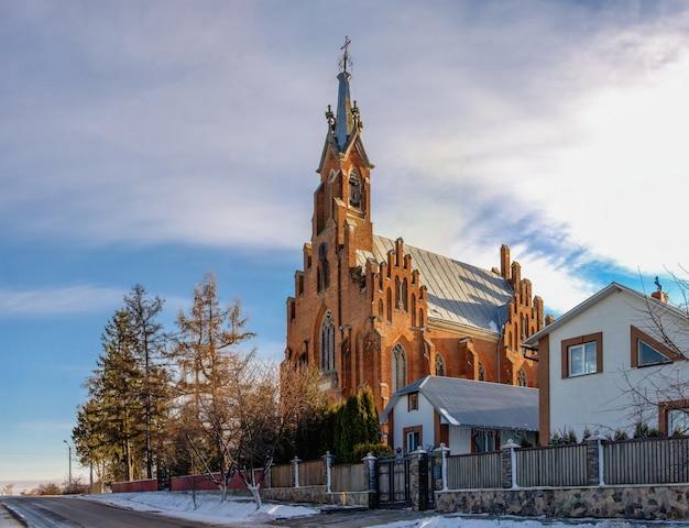 Eglise sainte-anne dans le village d'ozeryany