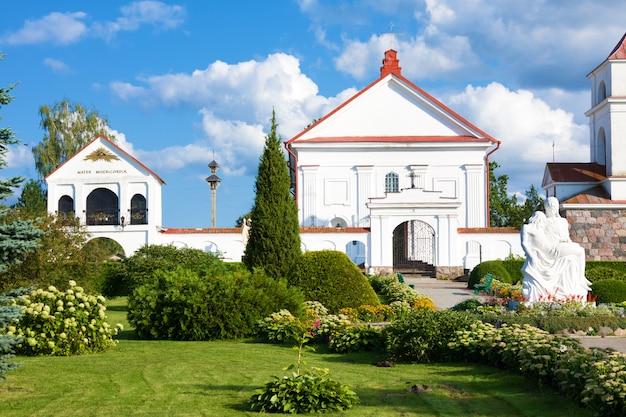 Église sainte-anne de mosar, en biélorussie. monument architectural du classicisme.