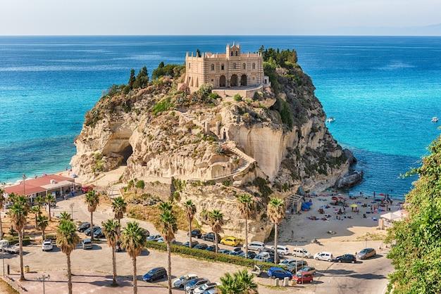 Église de santa maria dell'isola à tropea, une station balnéaire située sur le golfe de sainte-euphémie, une partie de la mer tyrrhénienne, calabre, italie