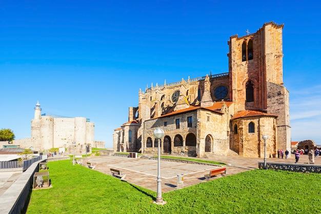 Église santa maria ou iglesia de santa maria à castro urdiales, petite ville de la région de cantabrie, dans le nord de l'espagne
