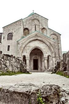 Église située dans la région de racha en géorgie basses montagnes de svaneti