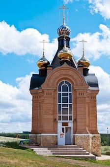 Église de st jean le baptiste l'entrée de la grotte monastère de nicolas région d'orenbourg le village de pokrovka russie orenbourg 07122015