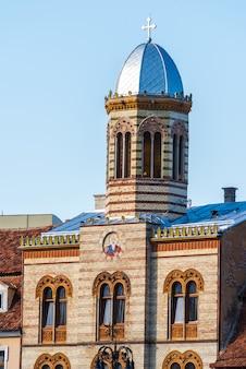 Église de style byzantin sur la place du conseil de la ville de brasov