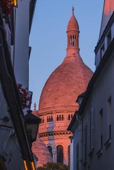 Église avec tour circulaire au coucher du soleil