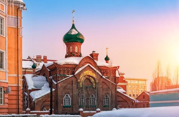 Église des vieux croyants de kazan au coucher du soleil d'hiver