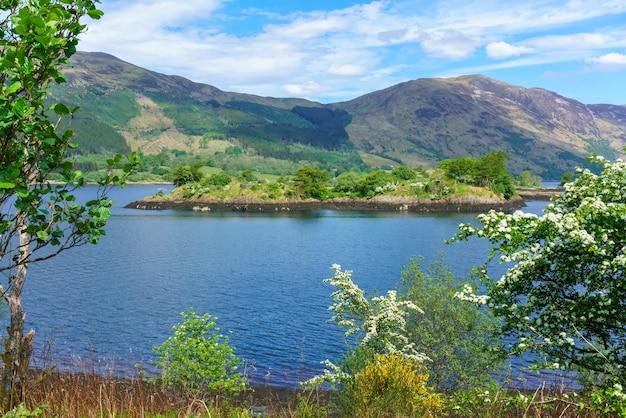 Eilean munde ou l'île funéraire est une petite île du loch leven en été , glencoe , ecosse