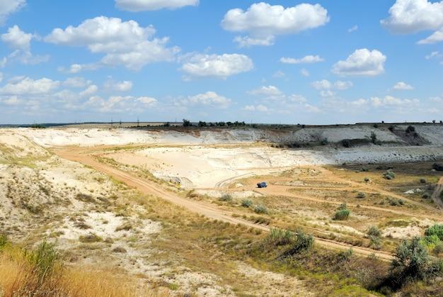 L'élaboration industrielle de sable blanc dans une mine à ciel ouvert
