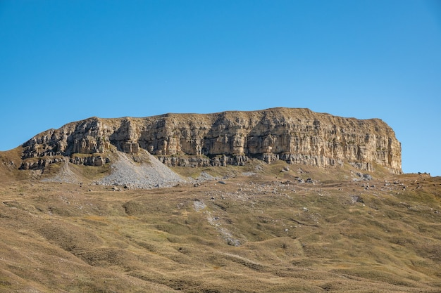 Elbrus et green hills à la journée ensoleillée. région d'elbrus, caucase du nord, russie