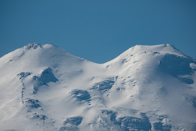 Elbrus et green hills à la journée d'été ensoleillée. région d'elbrus, caucase du nord, russie