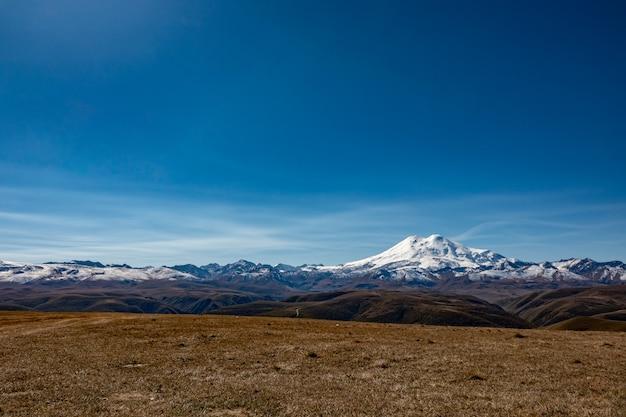 Elbrus et green hills à la journée d'été ensoleillée.