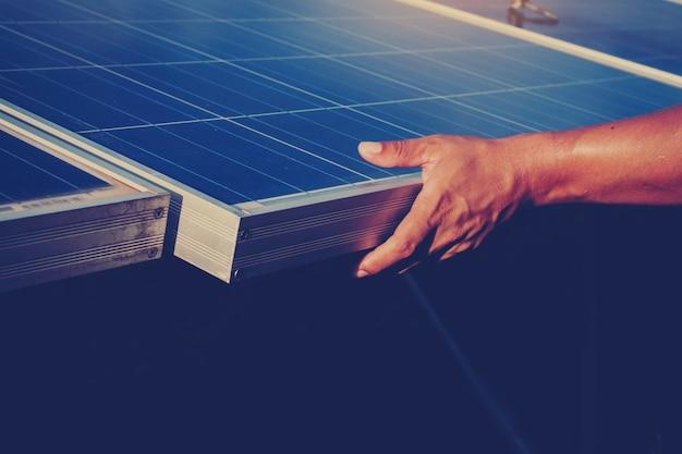 Électricien échangeant le panneau solaire avec la chute de tension de panneau solaire
