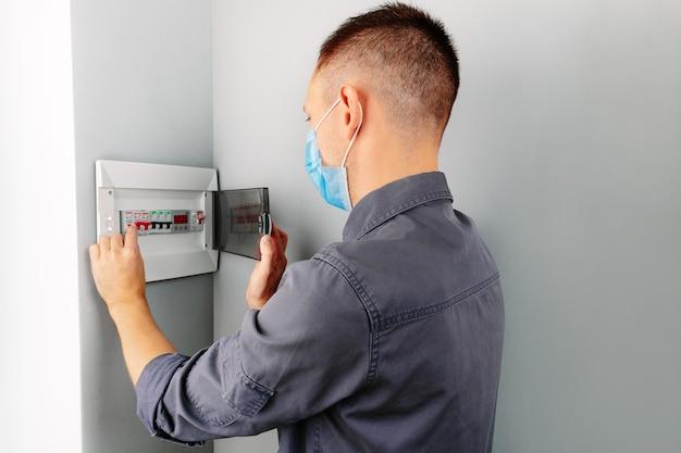 Un électricien réparant un interrupteur