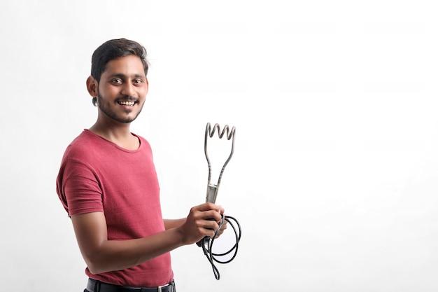 Électricien tenant le chauffe-eau à disposition