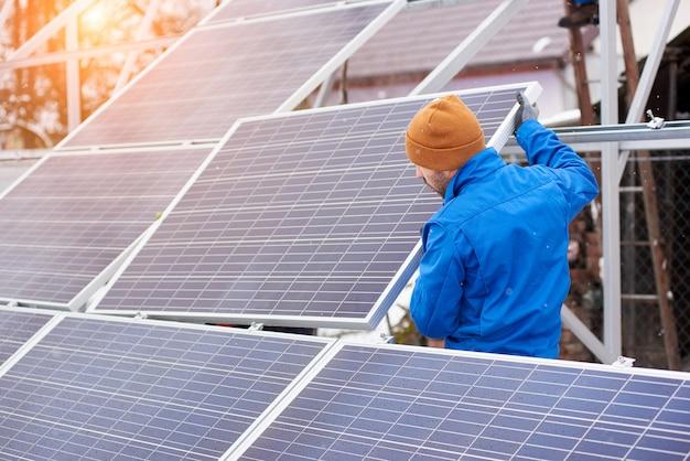 Électricien travaillant avec des panneaux solaires