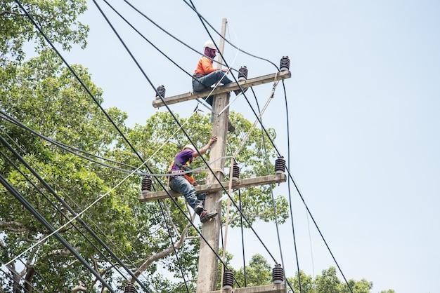 Électriciens réparant le fil