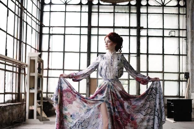 Élégance femme avec robe volante dans la salle du palais