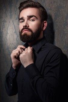 Élégant bel homme avec une barbe