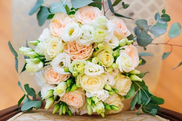 Élégant bouquet de roses sur une chaise.