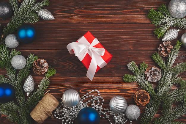 Élégant cadeau de noël décoré avec ruban sur fond en bois, vue de dessus