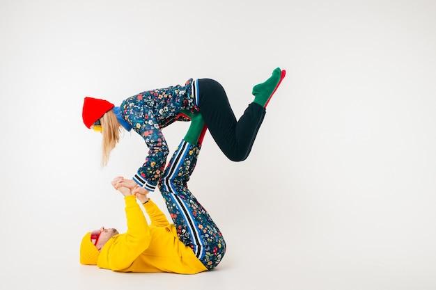 Élégant couple d'homme et femme dans des vêtements colorés posant