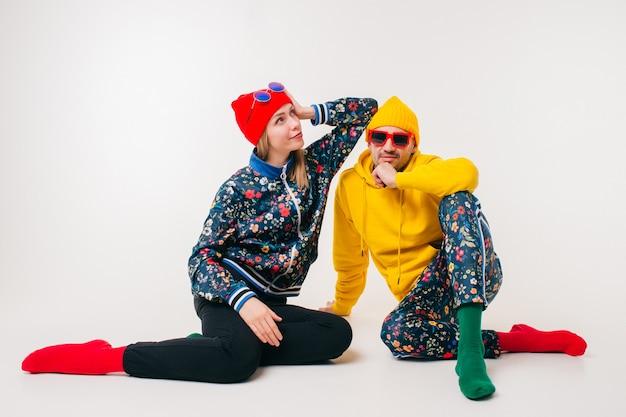Élégant couple d'homme et femme dans des vêtements colorés