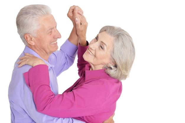 Élégant couple de personnes âgées dansant sur fond blanc