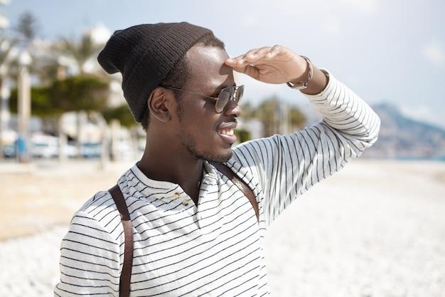 Élégant homme afro-américain sur la plage