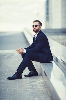 Élégant jeune bel homme en costume
