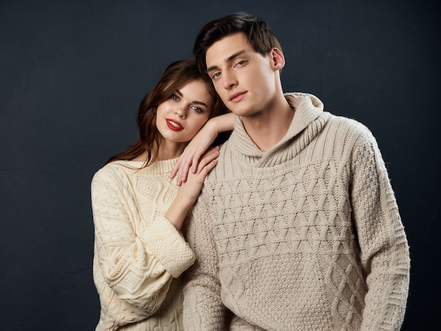 Élégant jeune couple homme et femme, relations sexuelles, couple de modèles, surface sombre