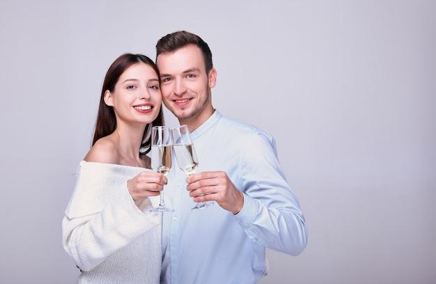 Élégant jeune couple tenant une coupe de champagne.