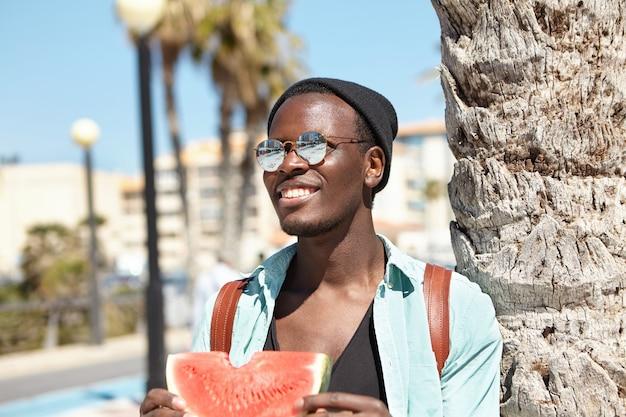 Élégant jeune homme à la plage