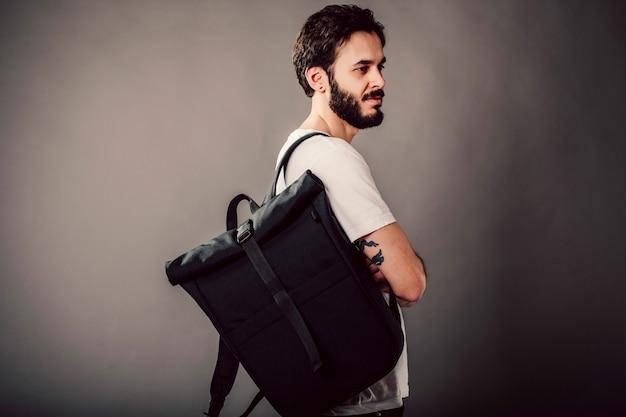 Élégant jeune homme avec sac à dos