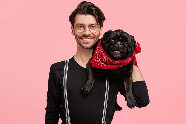 Élégant jeune homme et son chien mignon