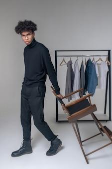 Élégant. photo de jeune homme afro-américain portant des vêtements noirs